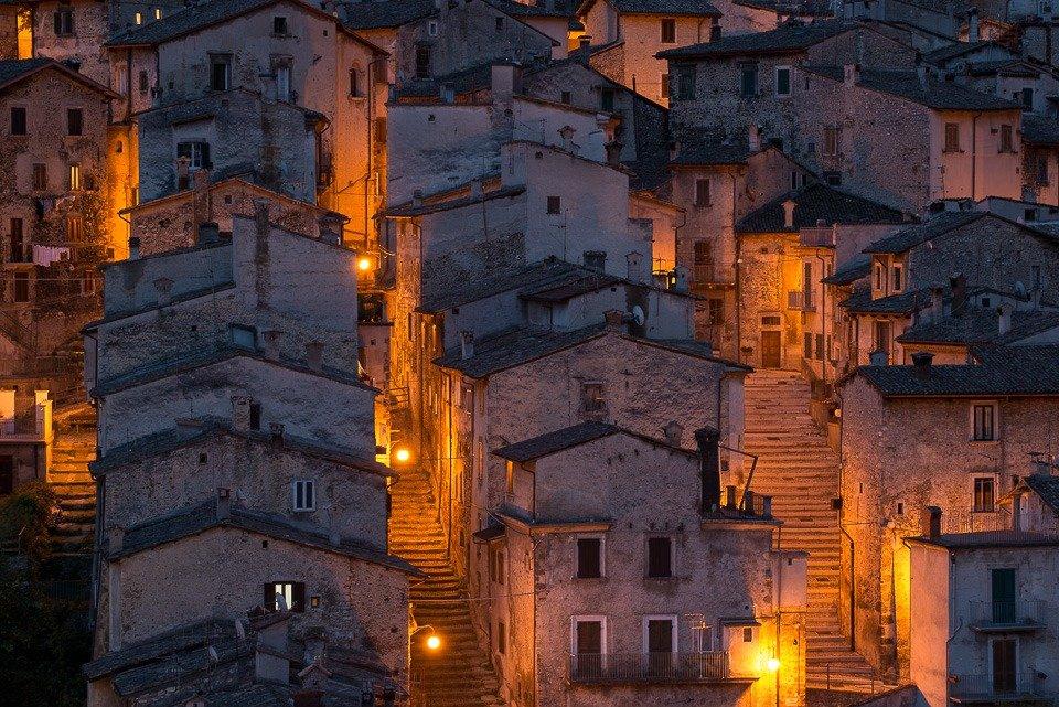 Le caratteristiche scalinate di Scanno, splendido borgo del Parco Nazionale d'Abruzzo