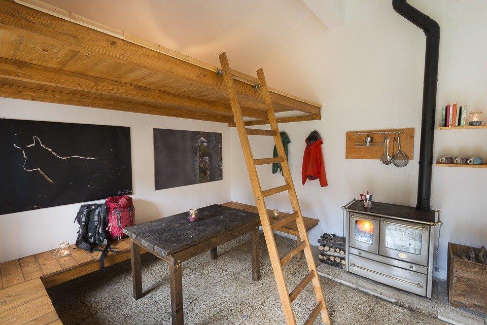L'ambiente caldo e semplice che accoglie gli escursionisti diretti al piccolo Stazzo Acquasfranatara