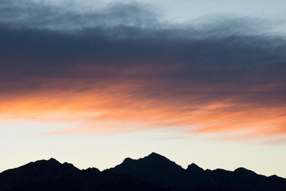 La luce dell'alba si diffonde sulle creste dei Monti della Meta