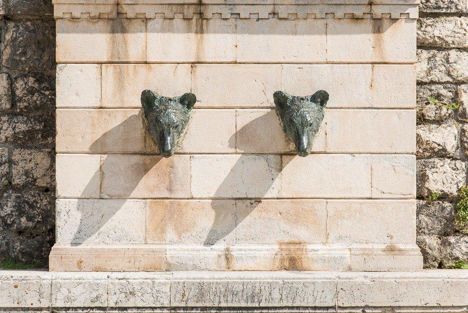 La fontana dei due orsi nel centro storico di Pescasseroli