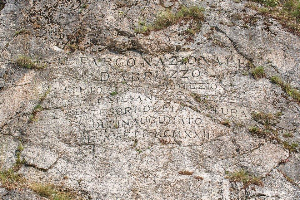 L'iscrizione che ricorda la nascita del Parco Nazionale d'Abruzzo