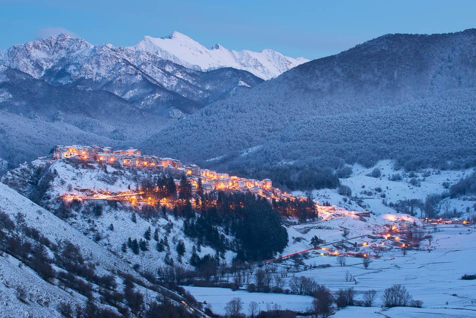 L'atmosfera della sera scende sul borgo arroccato di Opi nel cuore del Parco d'Abruzzo