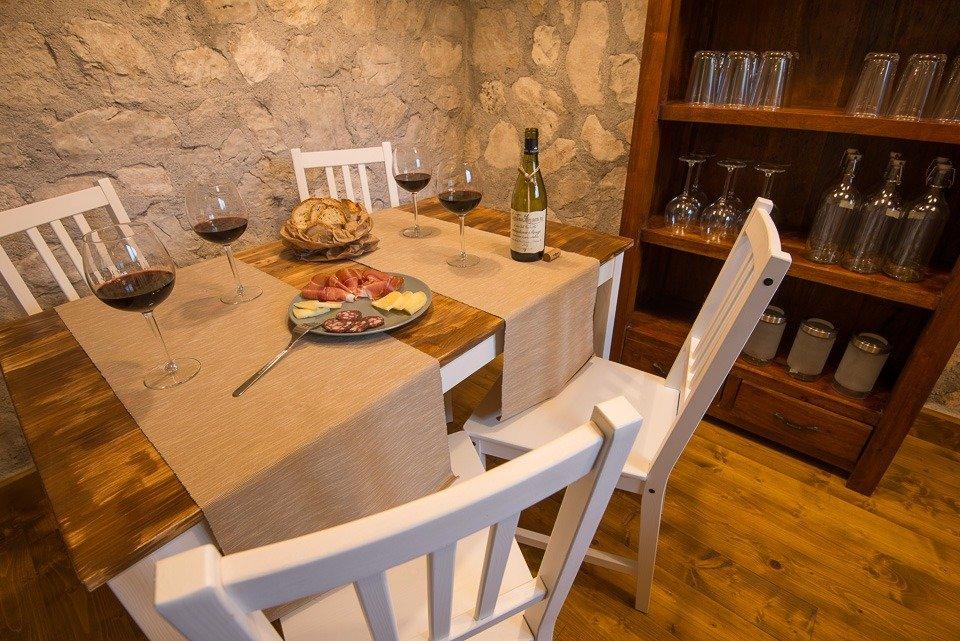 La spazioso e accogliente punto ristoro del Rifugio Terraegna, nel Parco Nazionale d'Abruzzo