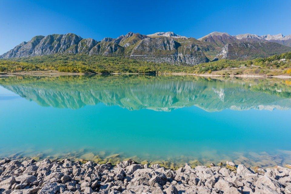 Le Mainarde molisane si specchiano nelle limpide acque del Lago di Castel San Vincenzo