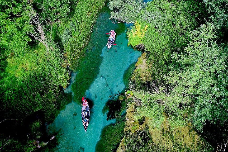 Le acque limpide del fiume Tirino attraversato in canoa